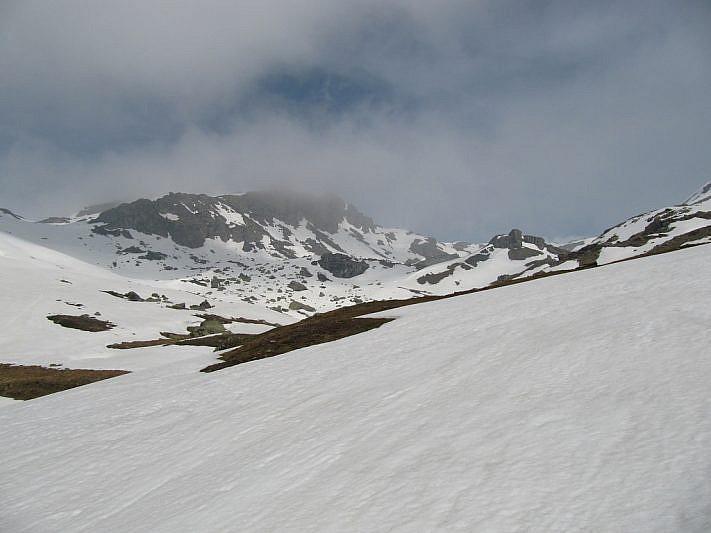 Verso il centro del vallone. Più a destra è visibile il grande roccione