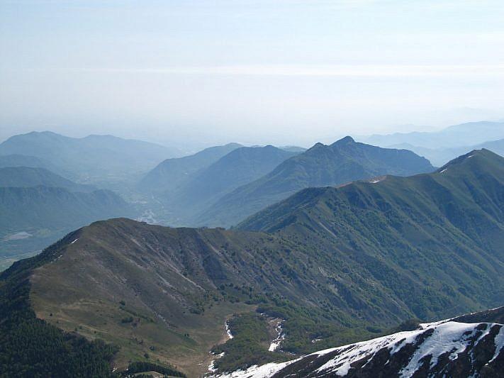 In basso a sinistra la cima arrotondata del Cialanciae la Costa dell'Arp. In secondo piano a destra il Saben