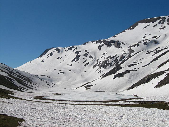 Il lago Oronaye semighiacciato e, sulla destra, il Monte Pierassin