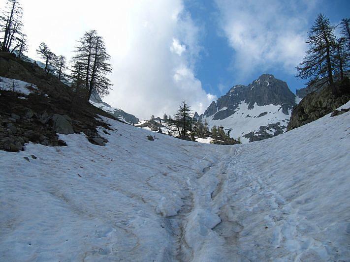 Ultimi metri sul nevaio che porta alla depressione lacustre