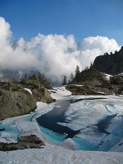 Dal lato sud del lago, vista verso Rocca di Valmiana e Monte Matto