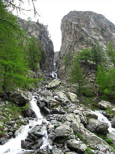 Cascata tra le rocce
