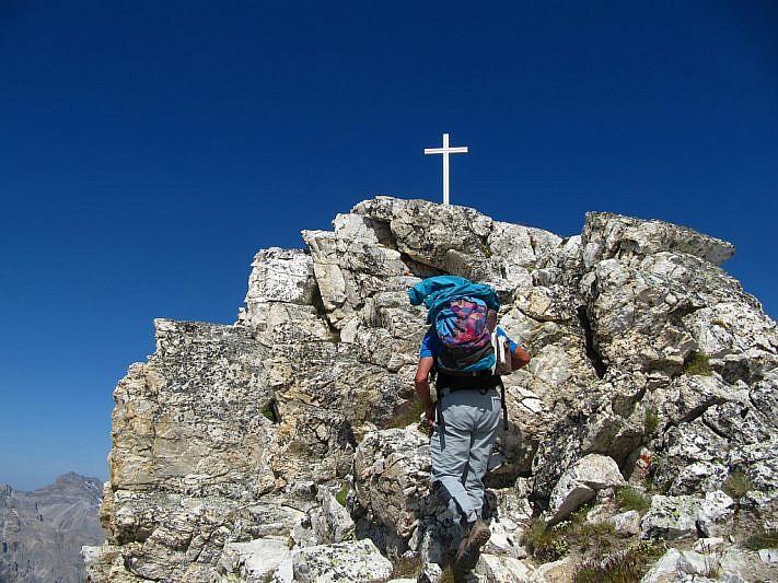 Luciano sta per raggiungere la croce di vetta