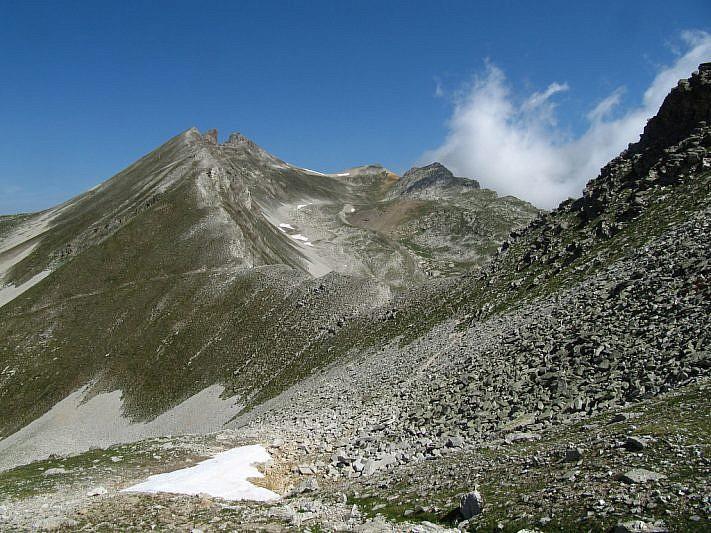 In discesa verso il Colle di Rui. Si intravede, a sinistra, il Monte Freide