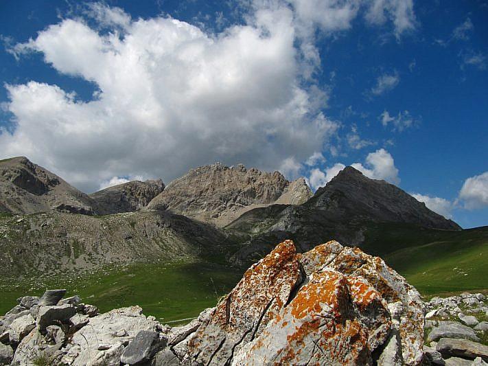Dalla collinetta, sguardo verso la Rocca Brancia