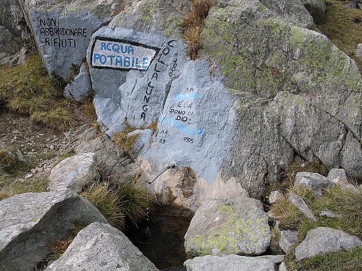 La fontana che sgorga da una roccia