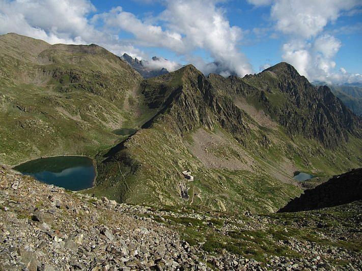 A sinistra i laghi di Collalunga; a destra il lago di Mezzo