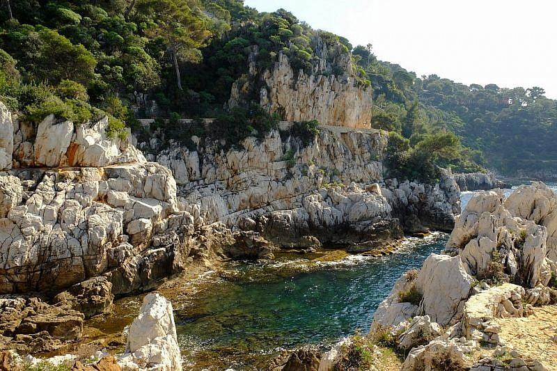 Immagini del tratto ovest tra le baie e le punte rocciose