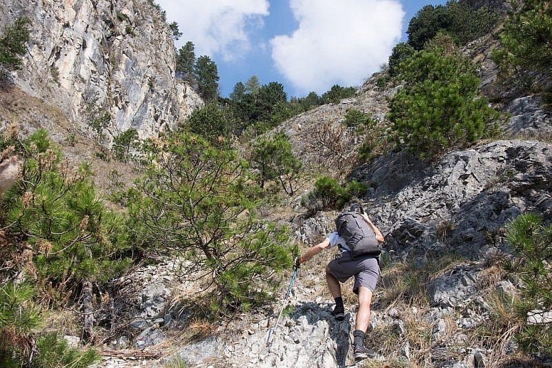 Il sentiero si va ad incuneare tra ripide rocce calcaree
