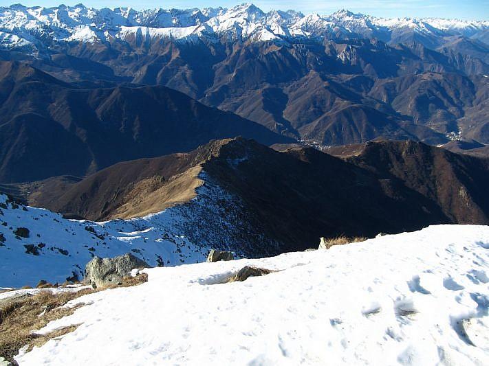 Dalla cima si intravede, a sinistra, parte del percorso di salita