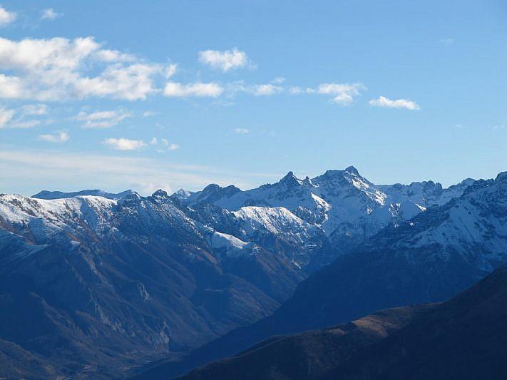 Vallone di Entracque. Al fondo il Frisson (la montagna appuntita) e la Rocca dell'Abisso più a destra