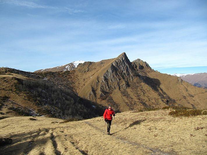 In salita verso il Beccas con la Rocca Radevil alle mie spalle
