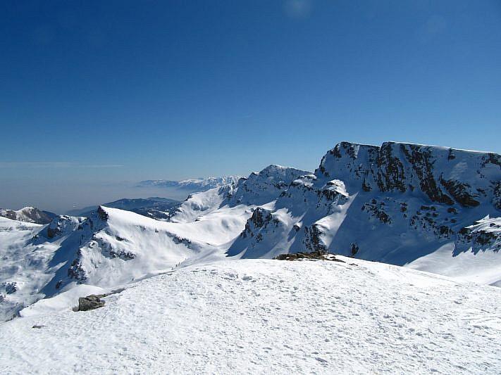 Al centro, in secondo piano, il Tibert (2647 m). A destra la Punta Tempesta (2679 m). In basso a sinistra la Rocca Comunetta (2485 m)