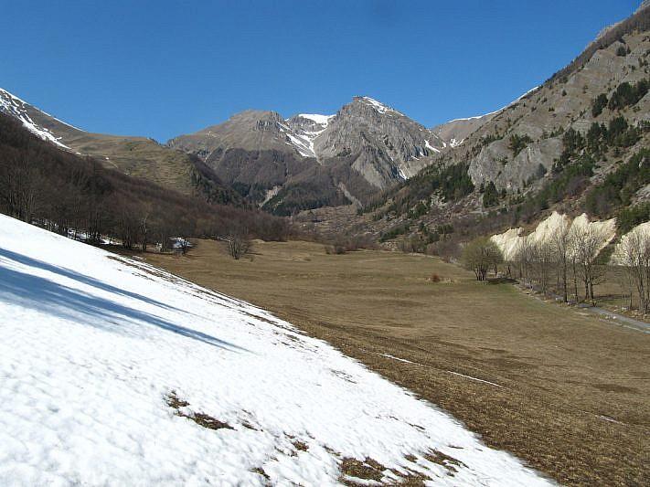 Il vallone prosegue verso Neraissa superiore. Al fondo (innevato) il Monte Nebius