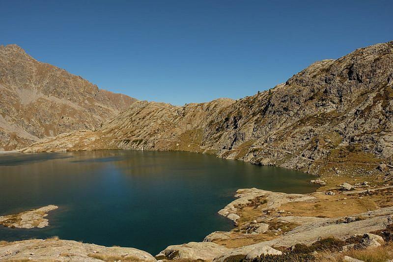 …e il sentiero che lo costeggia per il lac Vert