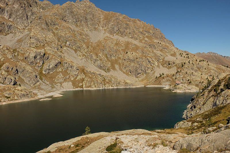 In fondo a destra, sul poggio roccioso, si può notare il rifugio Valmasque