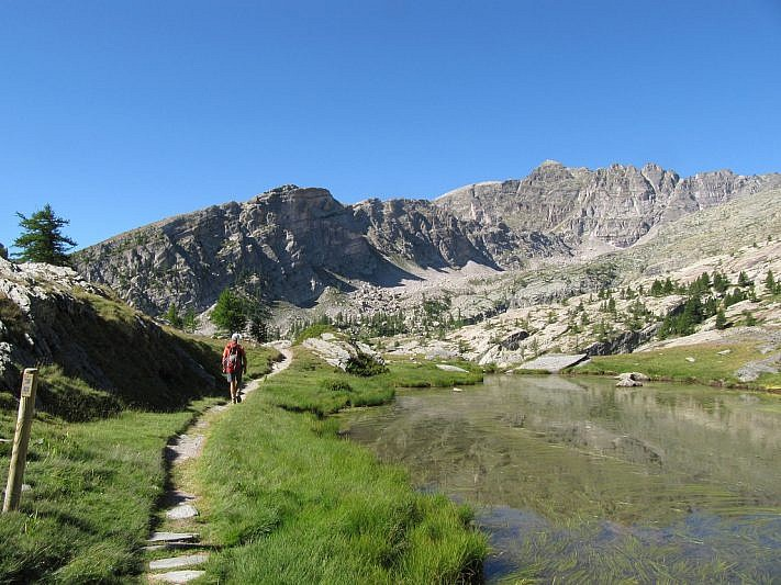 Sulle rive del secondo lago (al fondo si noti il Monte Bego)