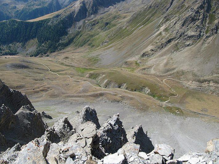 Dallo spallone, panorama verso il gias del Colombart (in basso)