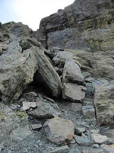Inizio della salita tra i roccioni iniziali della Rocca Bianca