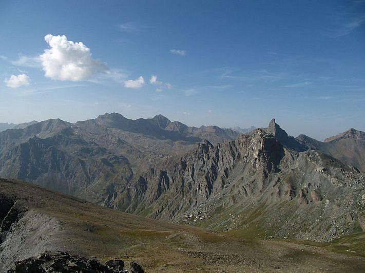 Sul lato opposto: in lontananza a sin. Salza e Mongioia. A destra la sagoma slanciata del Roc della Niera e, poco più in basso alla sua sinistra, la Rocca Bianca