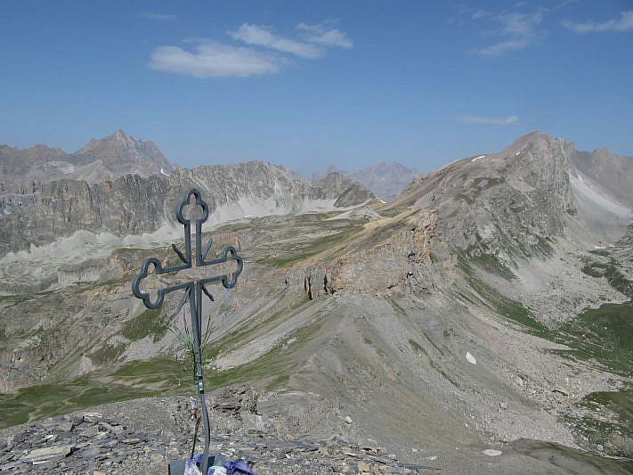 Dalla cima sguardo sul Colle di Bellino (in basso) e sul Monte Maniglia (ultimo a destra)