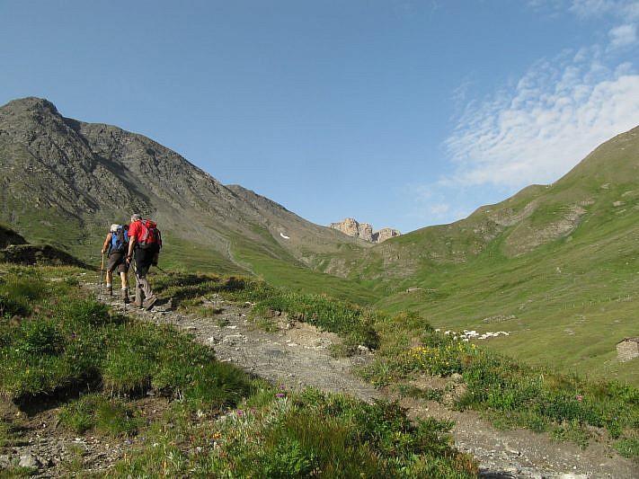 Il sentiero riprende e passa ai margini del Buc Faraut (che si vede a sinistra)
