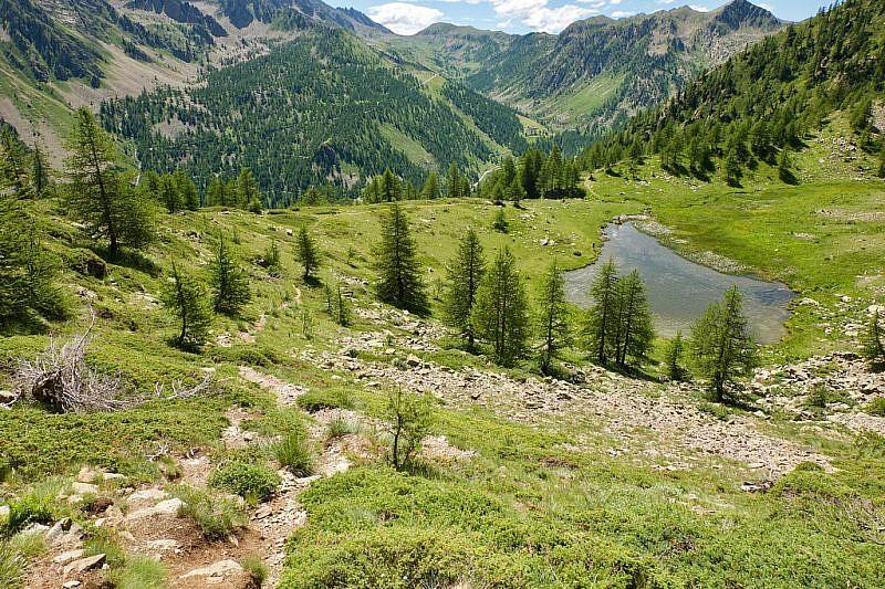 Sul sentiero che si inerpica alle spalle del primo lago