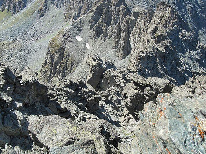Ancora dalla cima, ingrandendo la foto, si può notare il sentiero che porta al Colle delle Traversete e al Buco del Viso