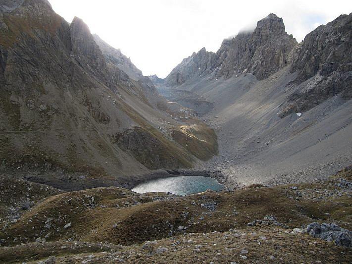 La stupenda conca del lago d'Apzoi. In alto a destra, l'Oronaye