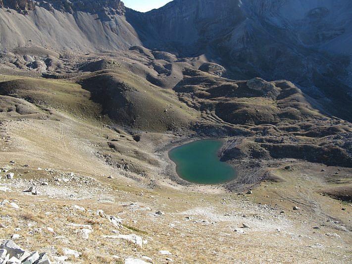 Ancora il lago Oserot. In alto e nell'ombra il Passo Bernoir