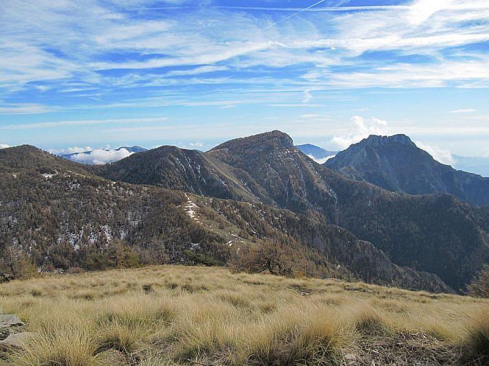 Al centro il Monte Pietravecchia; a destra il Toraggio