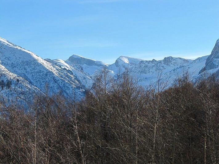 In fondo a sinistra la Cima delle Saline (2614 m); poco più a destra la Cima Pian Ballaur (2603 m)