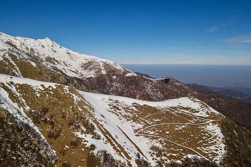 L'ultimo tratto di strada a tornanti che porta al gias Pittè (foto con drone)
