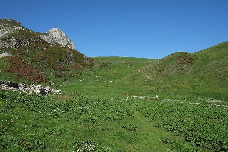 La grande conca erbosa con, al centro, la Colletta Seirasso