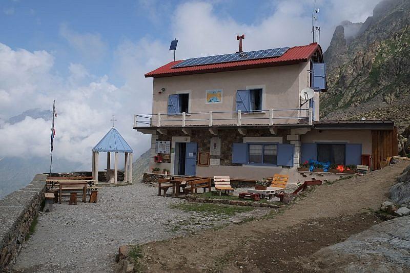 """Arrivo al rif. Morelli (sulla destra del tetto si noti il """"Sigaro"""")"""