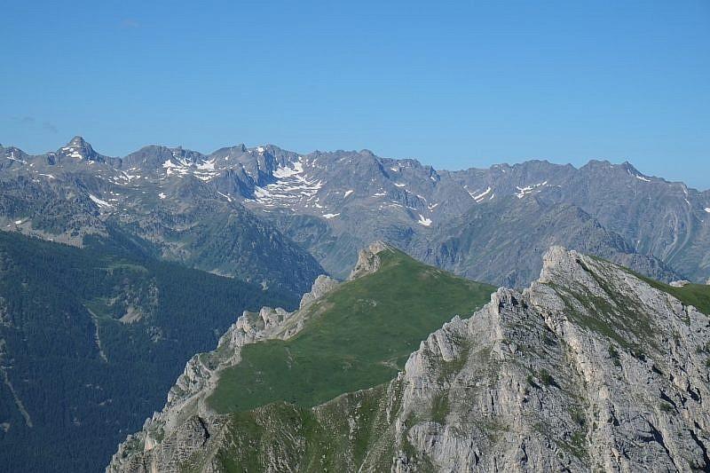 In secondo piano la verde rampa che porta alla cima del Monte Bersaio