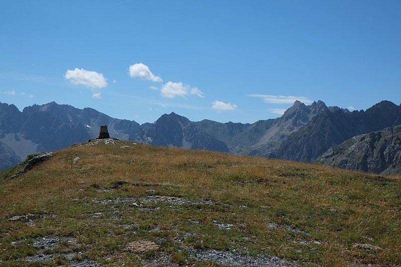 Il cippo sul Monte Estelletta che attende il nostro arrivo