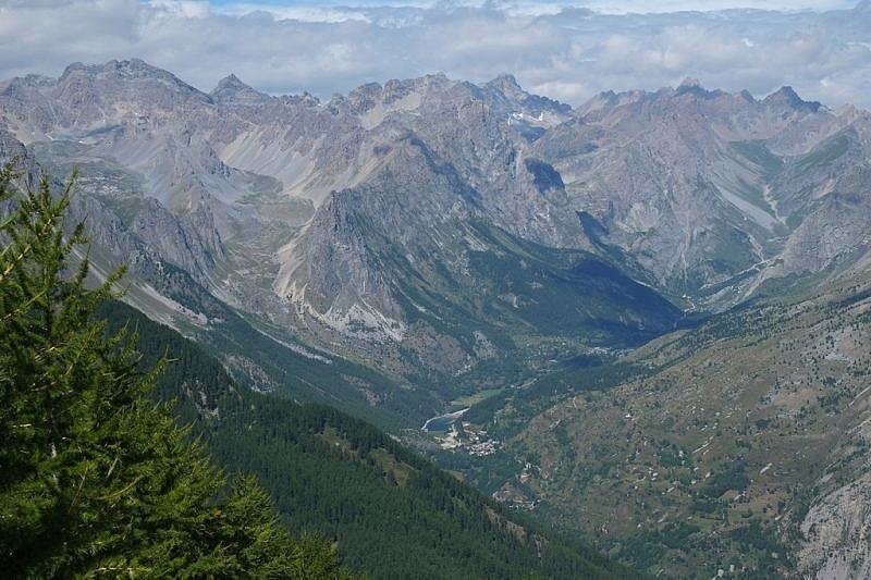La testata della Val Maira. In basso si può scorgere Saretto col suo lago.
