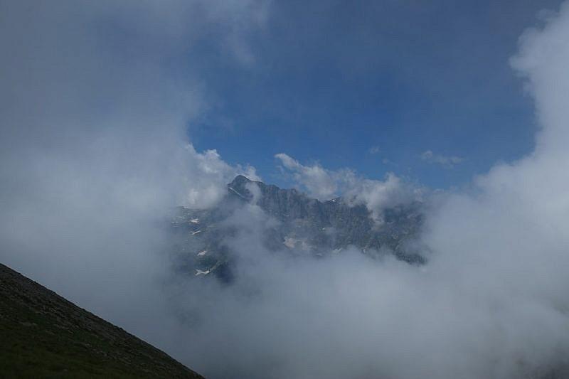 Il Monte Matto traspare dalla nebbia