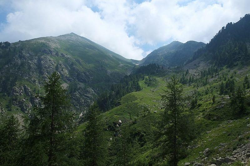 Il Monte Bourel a sinistra con le nebbie che stazionano sulla cima