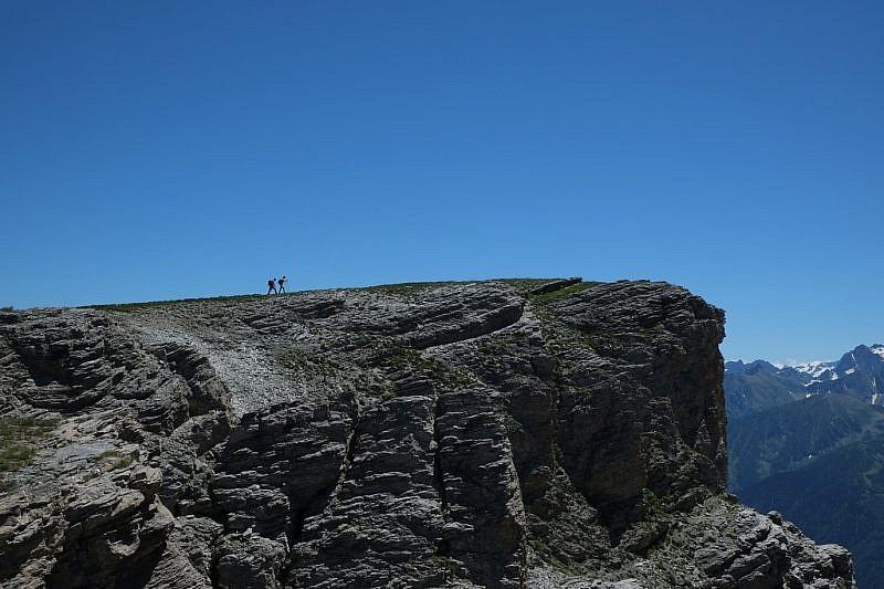 I ragazzi stanno per raggiungere un altro spallone roccioso