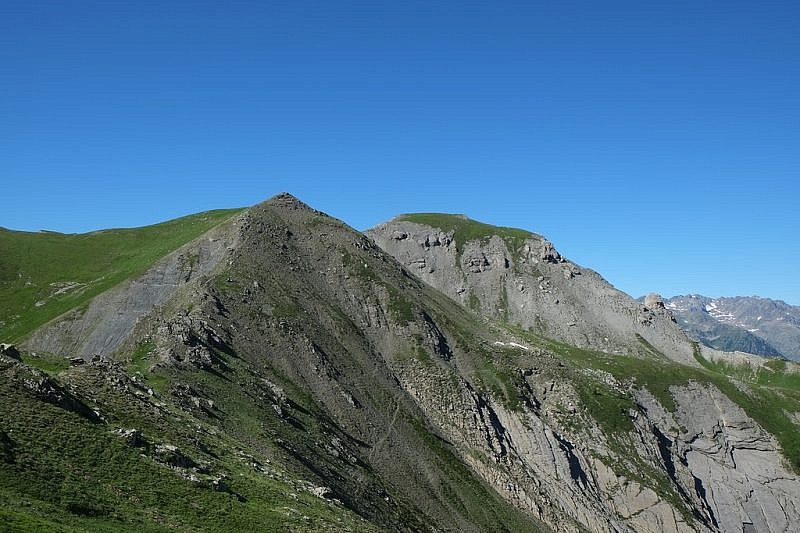 Al centro, la sagoma arrotondata del Nebiùs, vista dal Colle del Serour