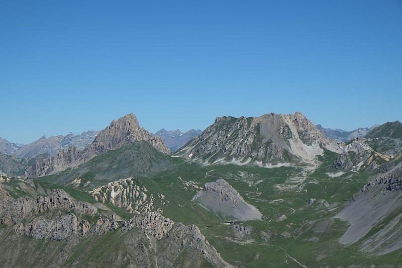 Sguardo sulla distante Rocca la Meja