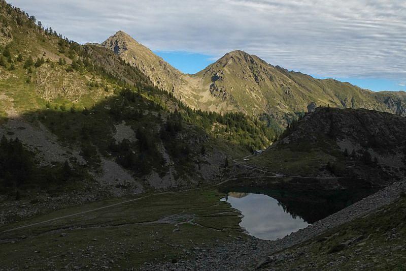 In basso il lago di San Bernolfo; al fondo, i Monti Laroussa e Saletta
