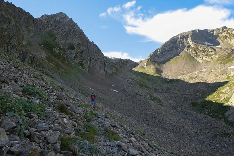 Al fondo del vallone, la casermetta e il Colle della Guercia