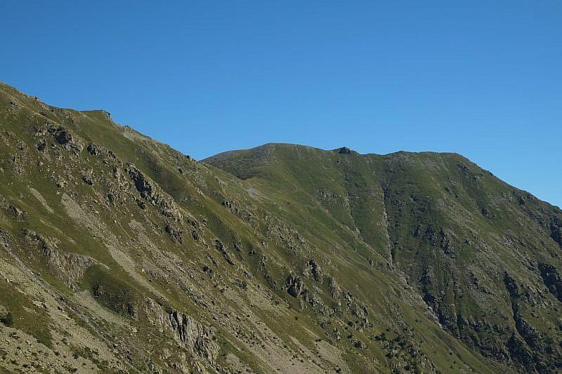 Al centro, l'intaglio del Colle di Marchiana e il Monte Bourel