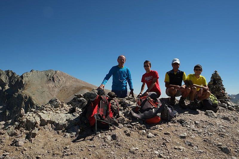 Autoscatto sulla cima (sulla sinistra al fondo, il Monte Maniglia)