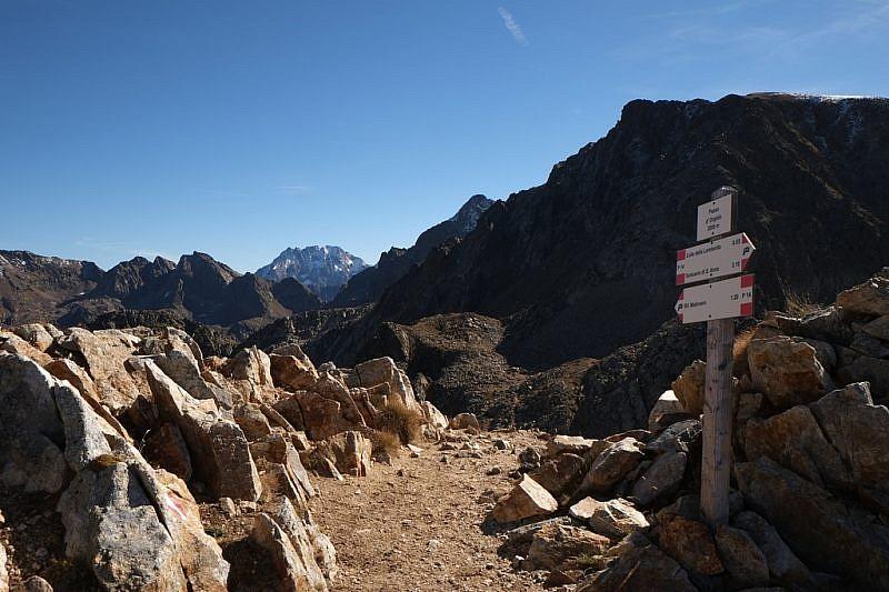 Dal passo, sguardo verso l'Argentera. A destra, in ombra, Cima della Lombarda (2801 m)