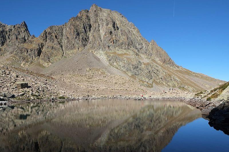 La mole del Becco Alto del Piz si rispecchia nel lago