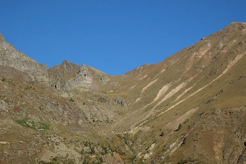 Alle nostre spalle si fa importante la vista sul Colle di Stau e il Monte Peiron